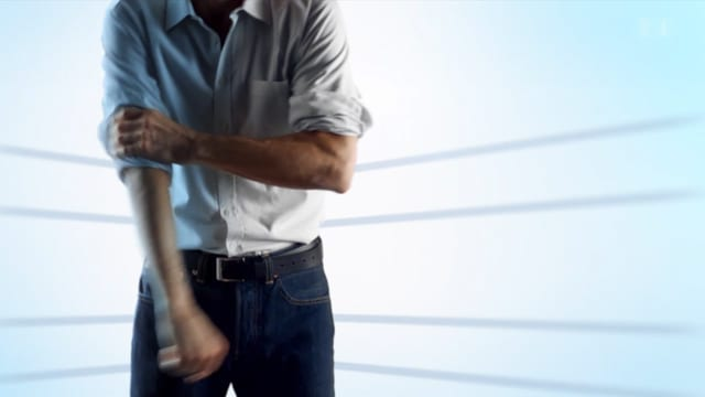Ein Mann krempelt sich die Ärmel hoch.