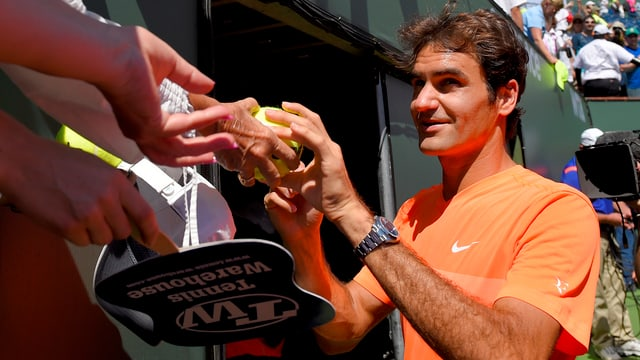 Roger Federer schreibt Autogramme.