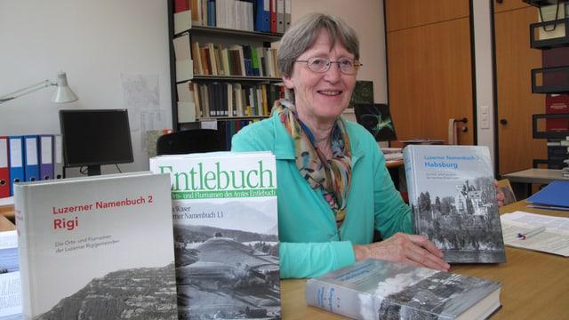Erika Waser mit allen Publikationen des Projekts «Luzerner Namenbuch».