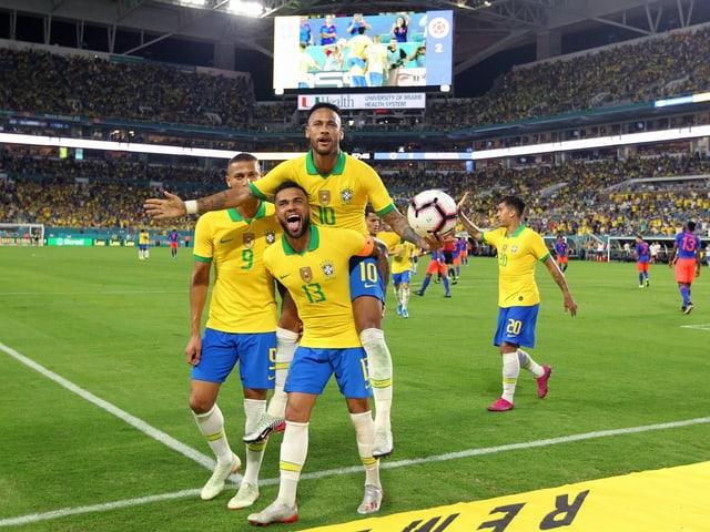 Der Brasilianer Neymar jubelt mit seinen Kollegen aus der Nationalmannschaft.