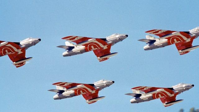 Fünf Hunter Flugzeuge der Patruille Suisse im Formationsflug.
