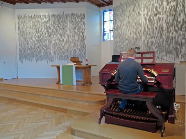 Ruchti sitzt an der Orgel und spielt