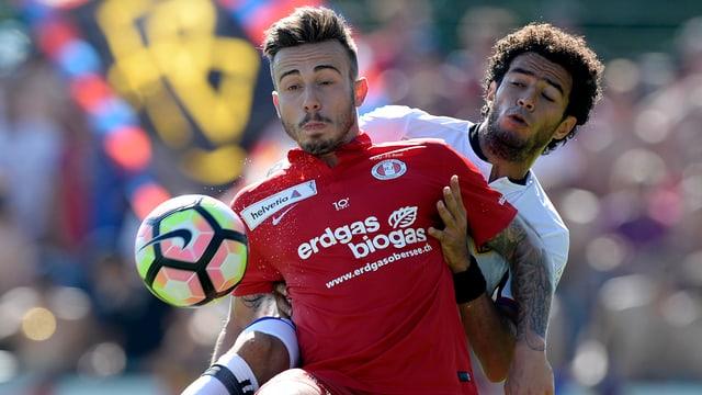 Zwei Fussballer kämpfen um den Ball.