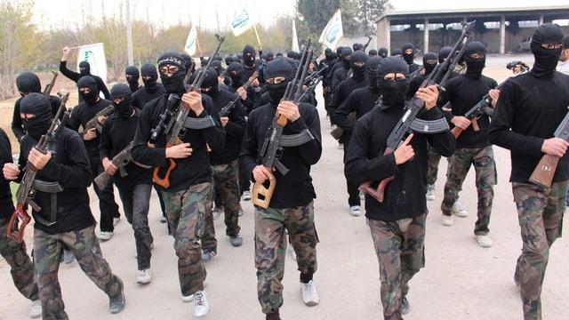Ahrar al-Scham-Kämpfer mit verhülltem Gesicht und Gewehren.