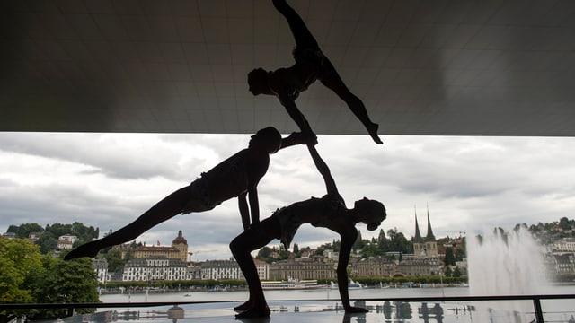 Akrobaten auf der Terrasse des KKL.