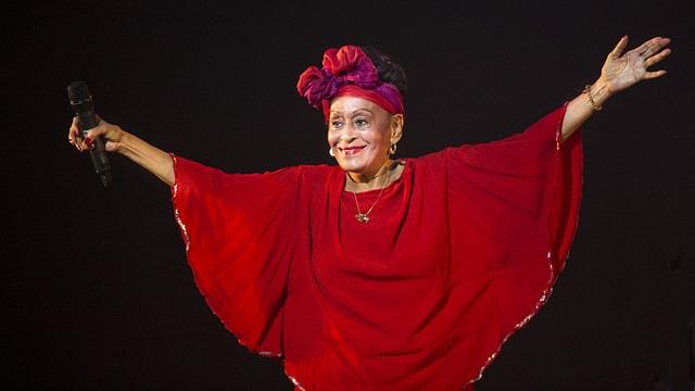 Omara Portuondo lässt sich auf der Bühne feiern.