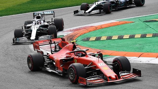Il Ferrari da Charles Leclerc cun pilot durant cursa.