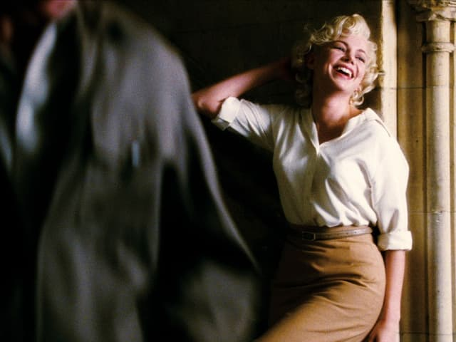 Eine Schauspieler posiert gekonnt.