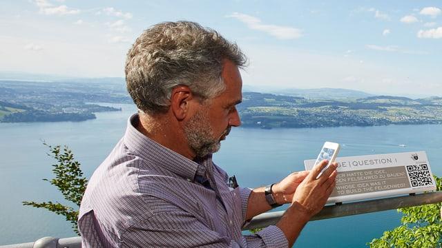 Armin Rempfler von der PH Luzern demonstriert die Handy-Funktionen des Lernpfads.