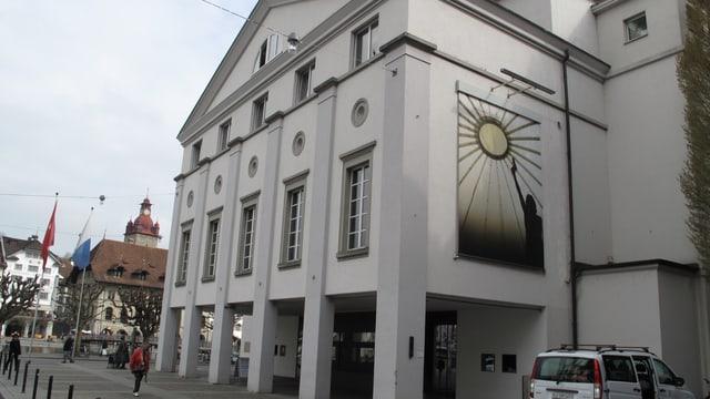 Ein Gebäude mit Säulen.