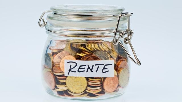 """Einmachglas mit Münzen, Aufschrift """"Rente""""."""