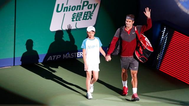 Roger Federer betritt das Stadion vor dem letztjährigen Final.