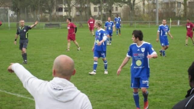 Spielunterbruch in einem Spiel der 2. Mannschaft des FC Meisterschwanden, ein Spieler des Teams geht vom Feld.