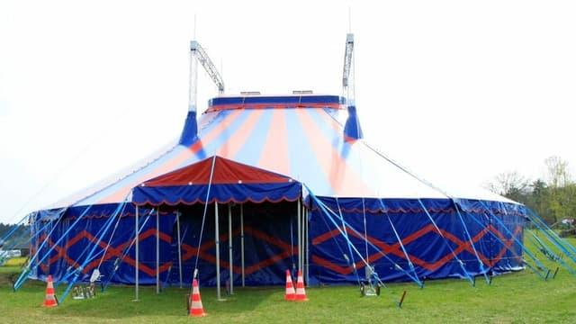 Das Zirkuszelt des Arabas auf dem Platz in Zufikon.