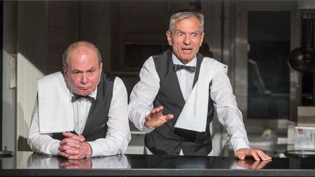 Die Schauspieler René Ander-Huber und Helmut Vogel als Kellner im Stück «Widmer» des Sogar Theater Zürich.