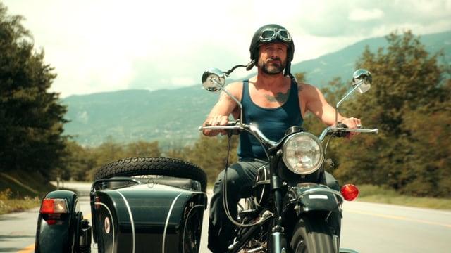 Ein Mann auf seinem Motorrad.