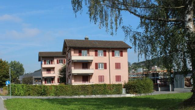 Blick auf zwei Wohnhäuser.