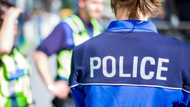 Eine Polizistin von hinten.