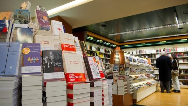 Die Auslage einer Westschweizer Buchhandlung.