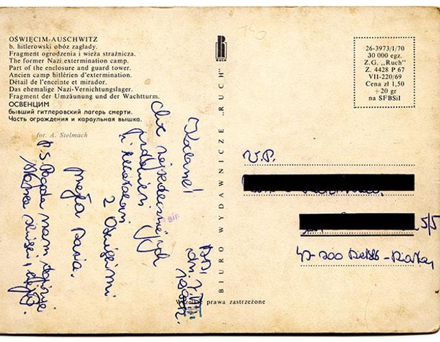 Vergilbte Postkarte mit polnischen Grüssen, die Adresse ist mit schwarzen Balken überdeckt.