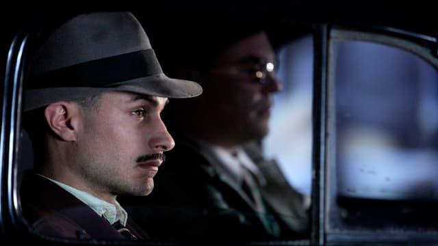 Mann mit Hut im Auto