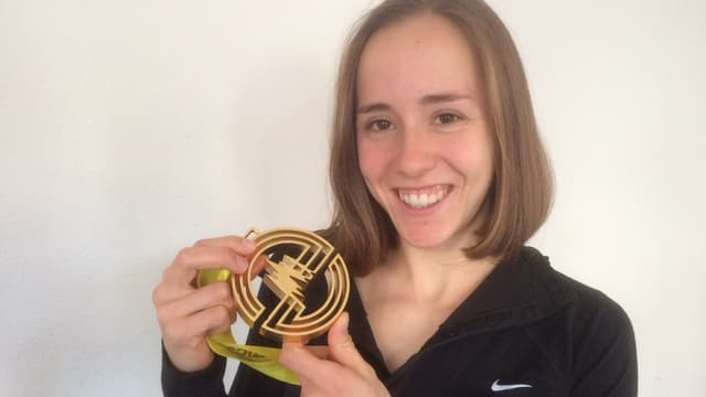 Selina Büchel präsentiert stolz ihre Goldmedaille.