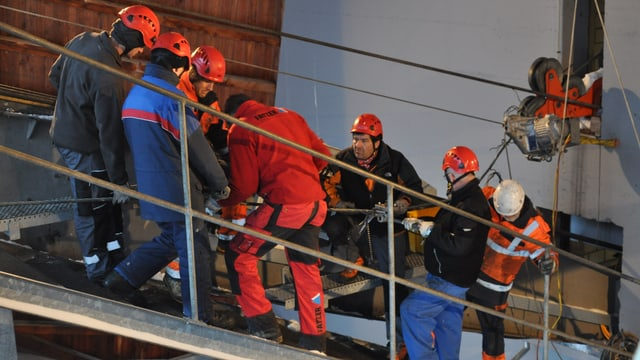 Arbeiter prüfen die Säntis-Schwebebahn.