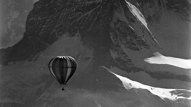 Heissluftballon in den Bergen