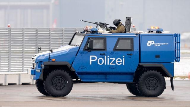 gepanzertes Polizeifahrzeug mit Schützen und Kanone