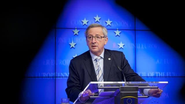 Jean-Claude Juncker steht hinter einem Rednerpult.