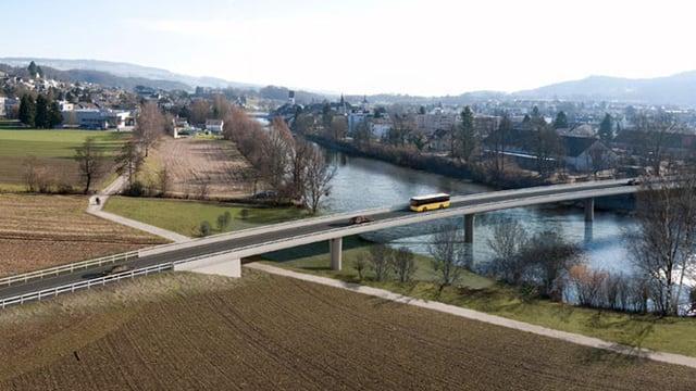 Ein Postauto fährt über eine Brücke.