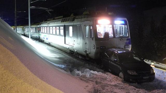 Auto auf Bahnschiene von einem Zug erfasst.