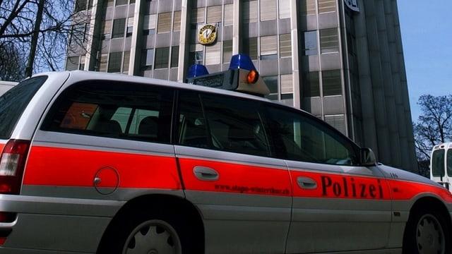Das Polizeiauto parkt vor dem Winterthurer Sulzer-Hochhaus.