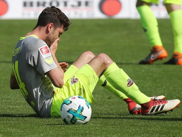 Jonas Hector sitzt am Boden.