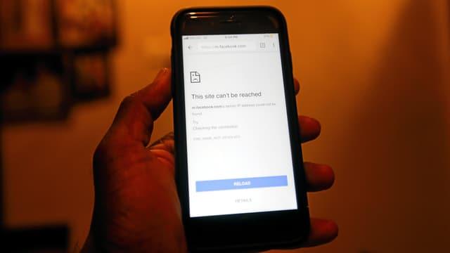 Smartphone mit dem Facebook-Screen und der Meldung, dass die Seite derzeit nicht erreichbar ist.