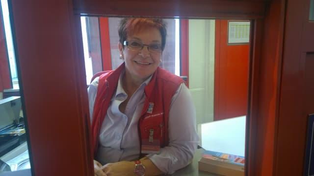 Annaliese Bulfoni, ina da las cassieras al Veraina che sesa en sia cabina.