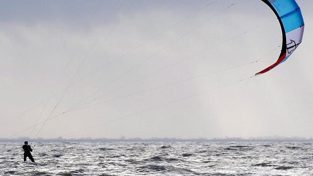 Ein Kitesurfer auf dem Wasser.