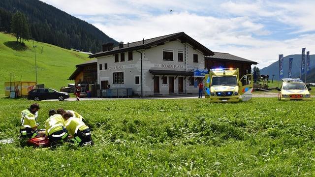 La REGA porscha emprim agid al lieu dal accident.