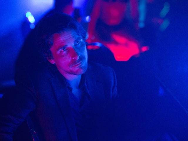Bale im blau-roten Licht eines Nachtclubs.