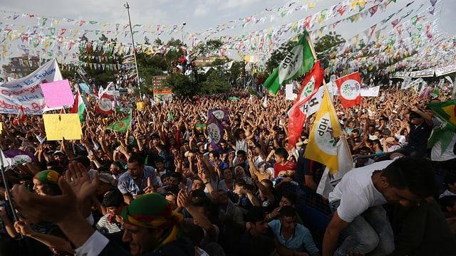 Viele Menschen, Flaggen.
