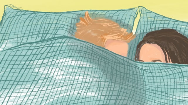 Ein Mann und eine Frau liegen in einem Bett.