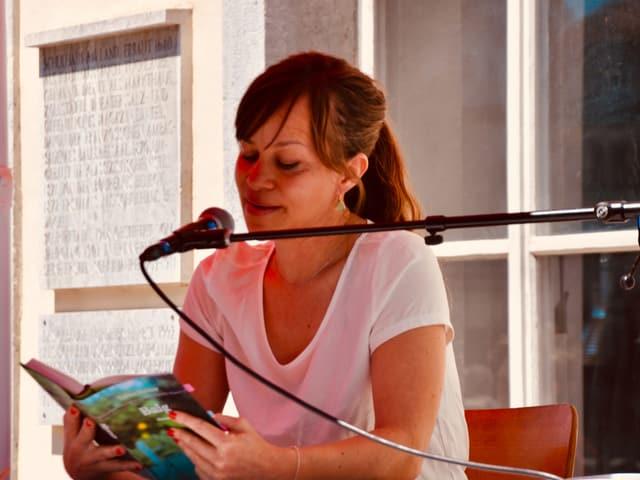 Tabea Steiner liest aus ihrem Roman «Balg» auf der Aussenbühne unter einem Sonnenschirm