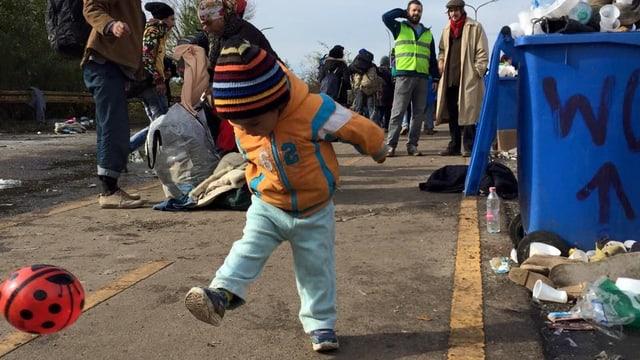 Ein Flüchtlingskind spielt mit einem Ball