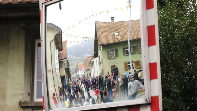 Publikumsaufmarsch durch einen Spiegel fotografiert