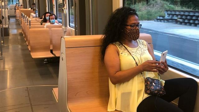 Passagiere mit Gesichtsmaske in einem Basler Tram.