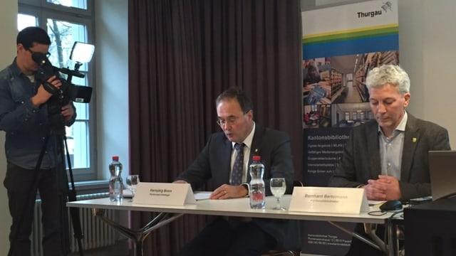 Kantonsarchäologe Hansjörg Brem und Kantonsbibliothekar Bernhard Bertelmann bei der Medienkonferenz am Donnerstag.