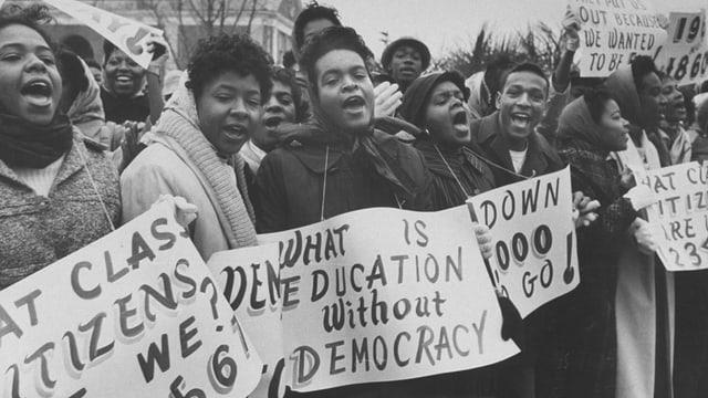 Schwarze Frauen am Demonstrieren