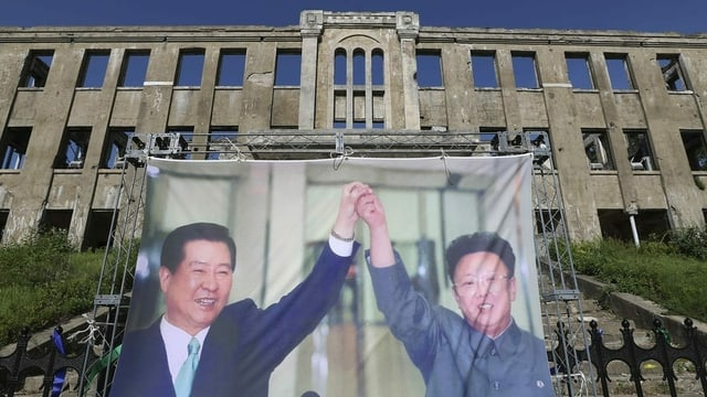 Süd- und Nordkoreanische Staatschefs auf einem Plakat