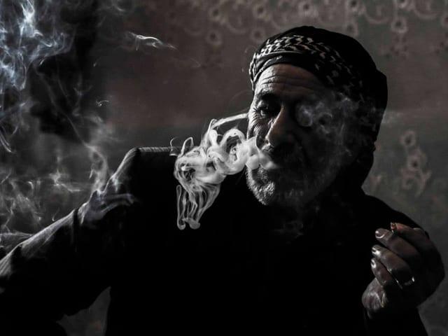 Ein Mann mit Turban raucht.