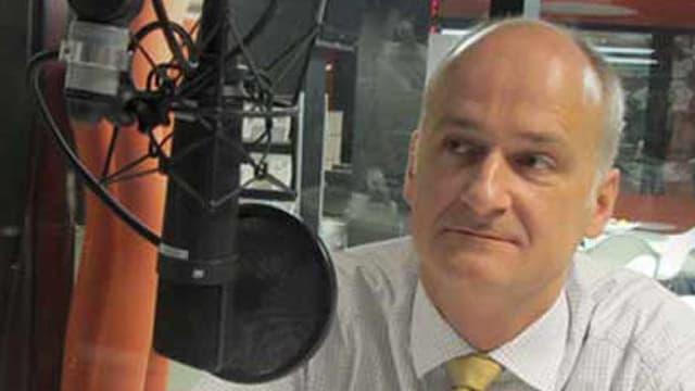 Marcel Ruf sitzt in einem Aufnahmestudie des Schweizer Radios. Vor ihm das Aufnahmegerät.